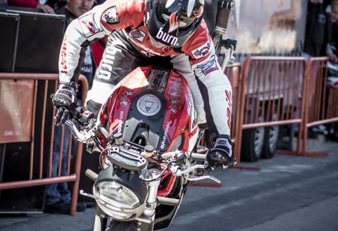 EMILIO ZAMORA DESAFIA LAS LEYES DE LA GRAVEDAD CON ESTE INVERTIDO EN LA MATINAL DEL MOTOCLUB CARLET 2013