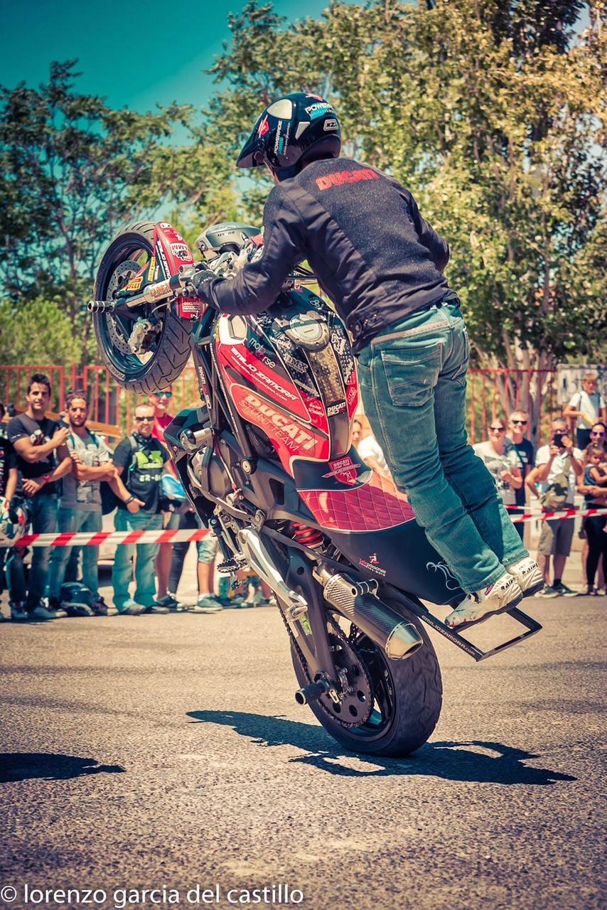 11-sixty-rider-festival_2016_julian_simon_club_emilio_zamora_ducati_stunt_team_motor_show_freestyle_moto_espectaculo_exhibicion_wheelie_lolopamanes_custompainting_acostproject