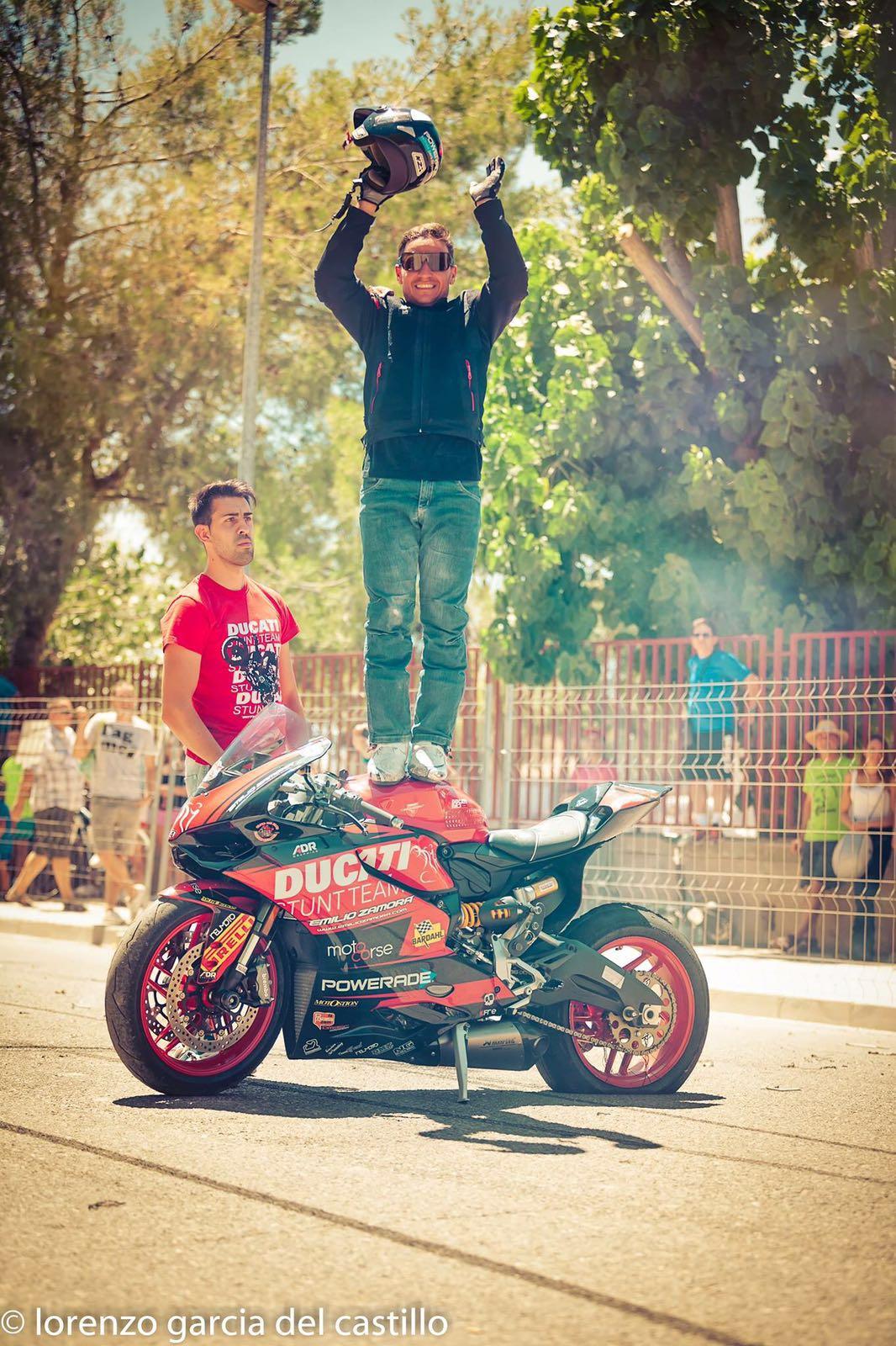 5-sixty-rider-festival_2016_julian_simon_club_emilio_zamora_ducati_stunt_team_motor_show_freestyle_moto_espectaculo_exhibicion_final_powerade_arriba_gracias_agradecimiento_feliz_smile_happy