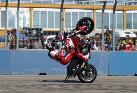 16 EMILIO_ZAMORA_DUCATI_STUNT_TEAM_VALENCIA_EURO_NASCAR_BURN_ENRGY_DRINK_DESAFIO_MAXIMUM_PARADE
