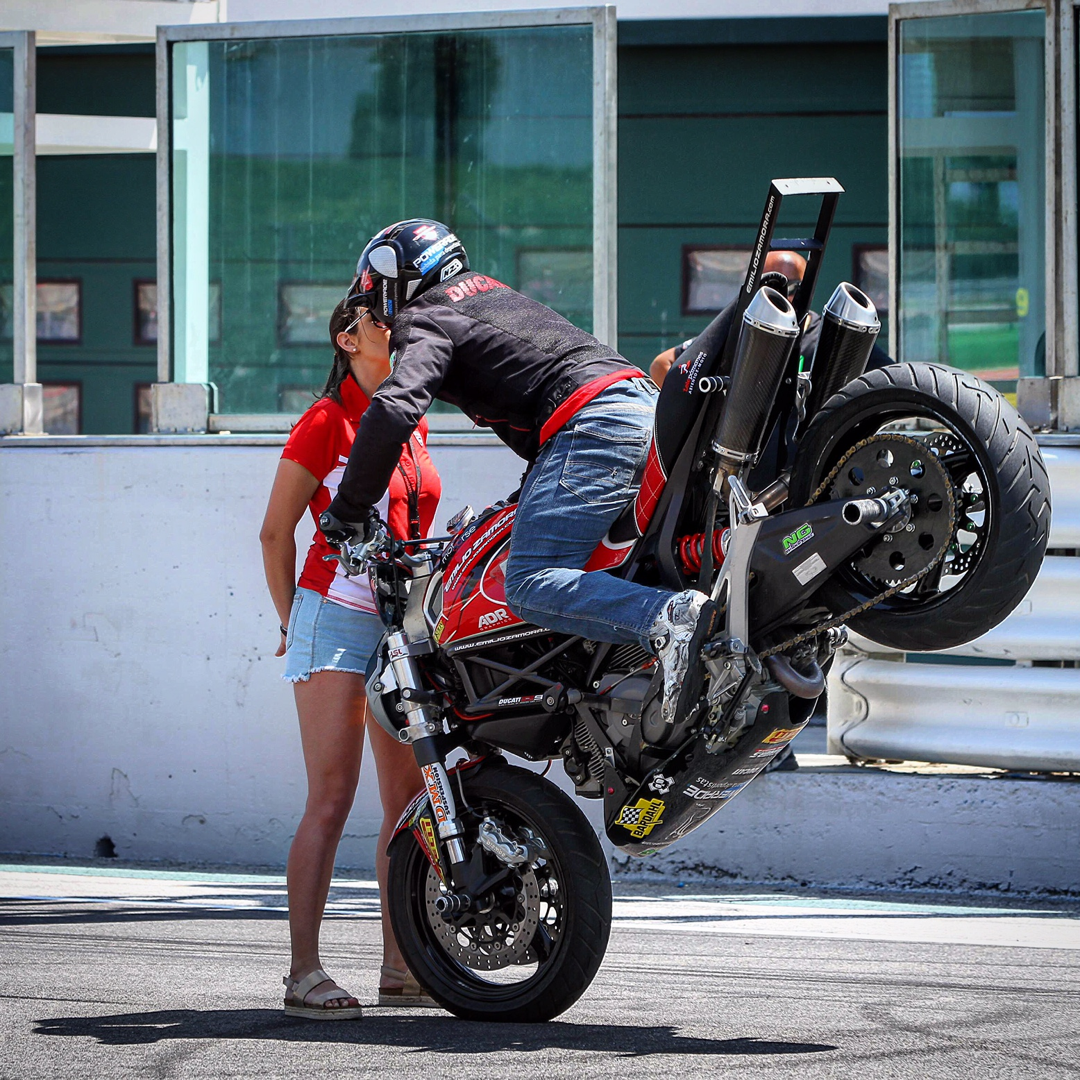 world_ducati_week_2016_wdw_stunt_team_moto_show_motor_exhibicion_espectaculo_ducatistas_doc_misano_italy_italia_rimini_wheelie_stoppie_burnout_panigale_diavel_monster_freestyle_1_kiss_love
