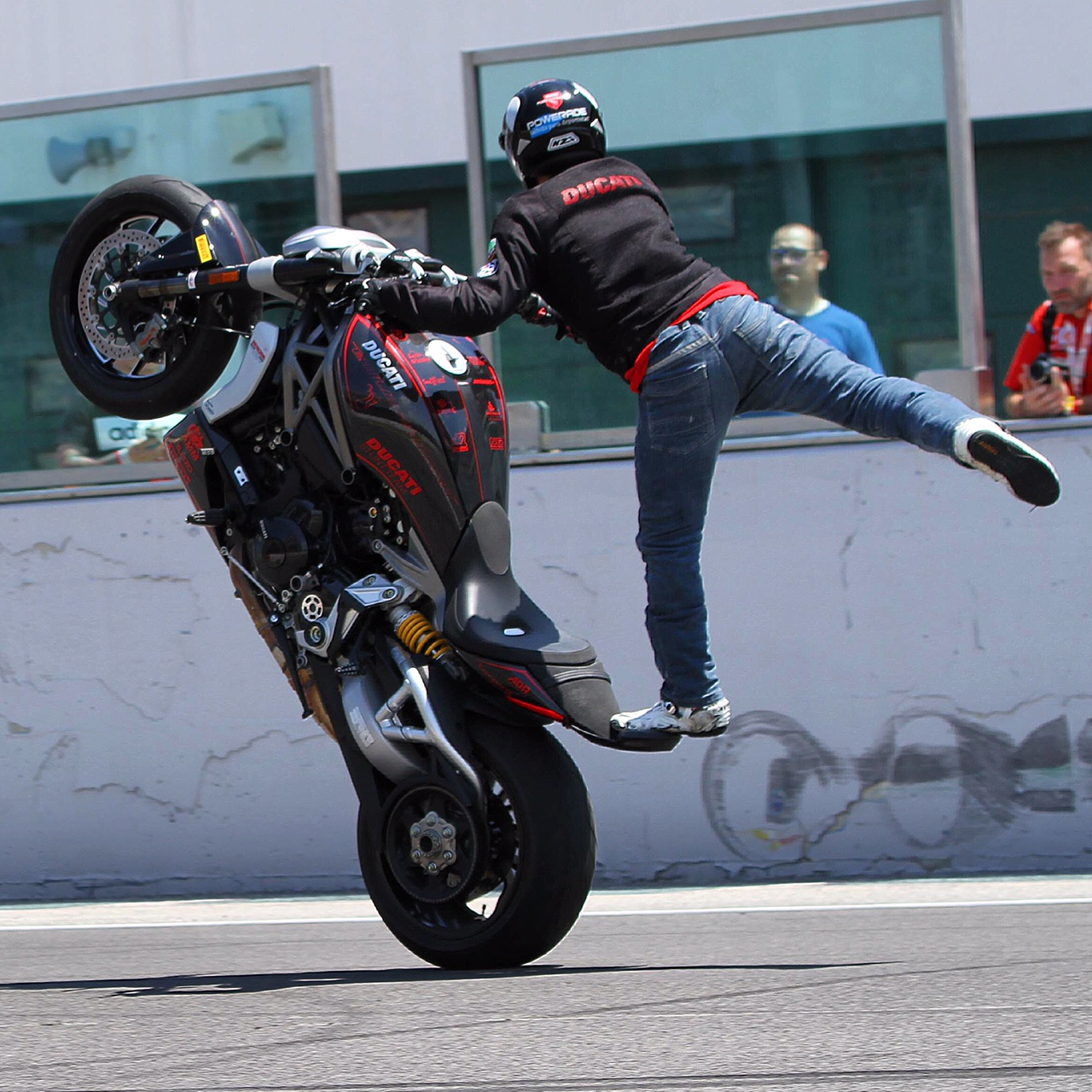 world_ducati_week_2016_wdw_stunt_team_moto_show_motor_exhibicion_espectaculo_ducatistas_doc_misano_italy_italia_rimini_wheelie_stoppie_burnout_panigale_diavel_monster_freestyle_4