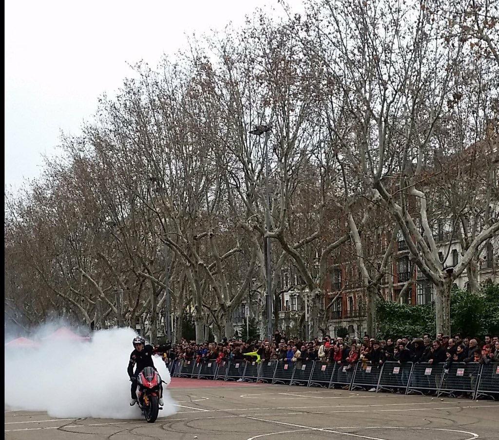 mojados_valladolid_enero_emilio_zamora_ducati_stunt_team_motor_show_espectaulo_moto_fiesta-de-la-moto_acera-recoletos_campogrande_adrenalina_xtreme