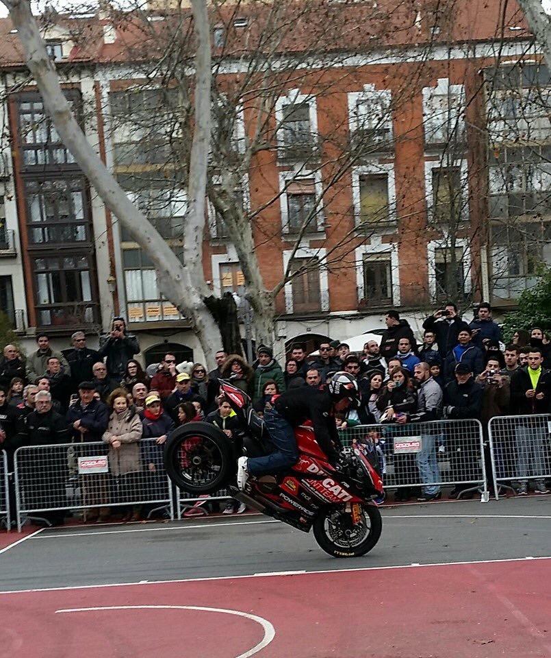 mojados_valladolid_enero_emilio_zamora_ducati_stunt_team_motor_show_espectaulo_moto_fiesta-de-la-moto_panigale-stoppie