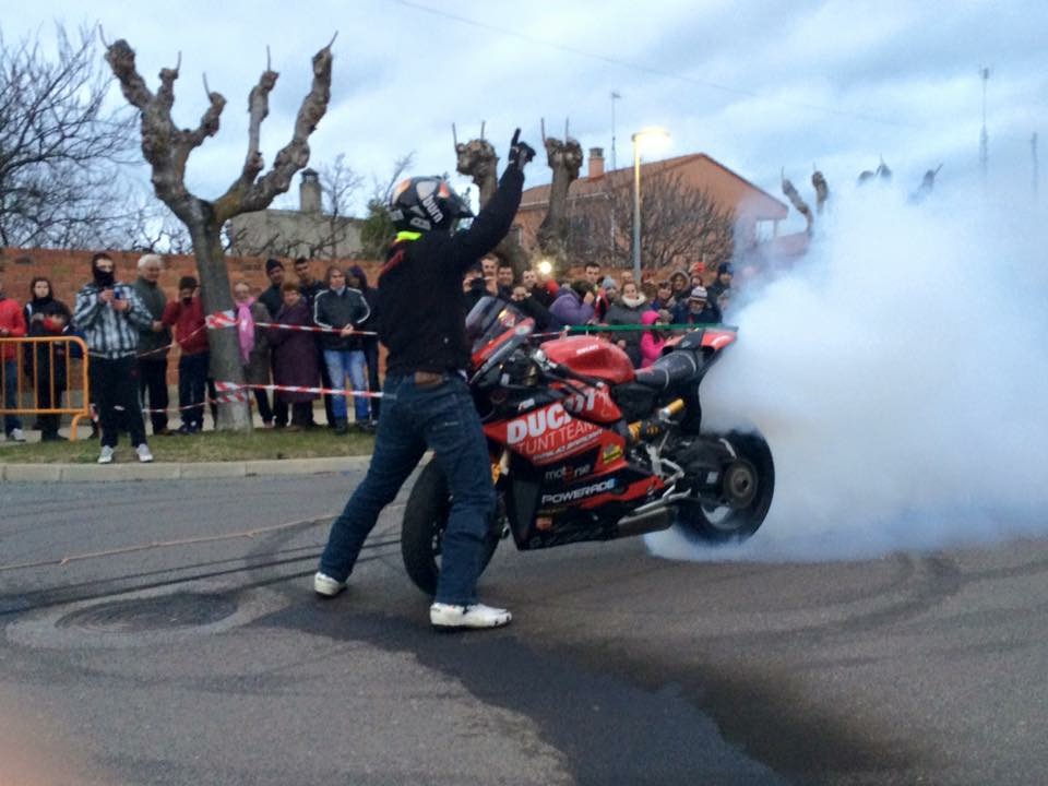 mojados_valladolid_enero_emilio_zamora_ducati_stunt_team_motor_show_espectaulo_moto_fiesta-de-la-moto_panigale_burnout_fullgas