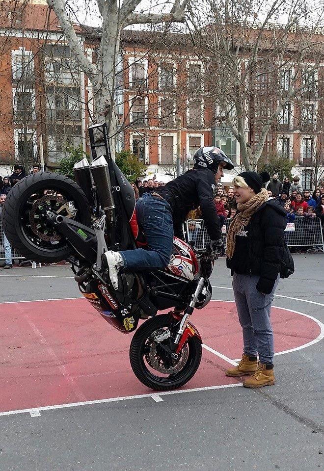 mojados_valladolid_enero_emilio_zamora_ducati_stunt_team_motor_show_espectaulo_moto_fiesta-de-la-moto_stoppie_acera-recoletos_campogrande_ng-brakes_pirelli