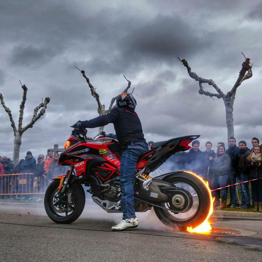 mojados_valladolid_enero_emilio_zamora_ducati_stunt_team_motor_show_espectaulo_moto_multistrada_burnout_rainers_bardahl_powerade_onfire_burn_motostion