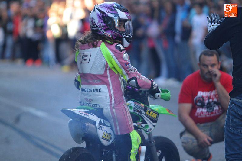 concentracion-motera-guijuelo_salamanca_emilio_zamora_ducati_stunt_team_motor_show_espectacular_exhibicion_moto_amazing_great_rider_mini_supermotard