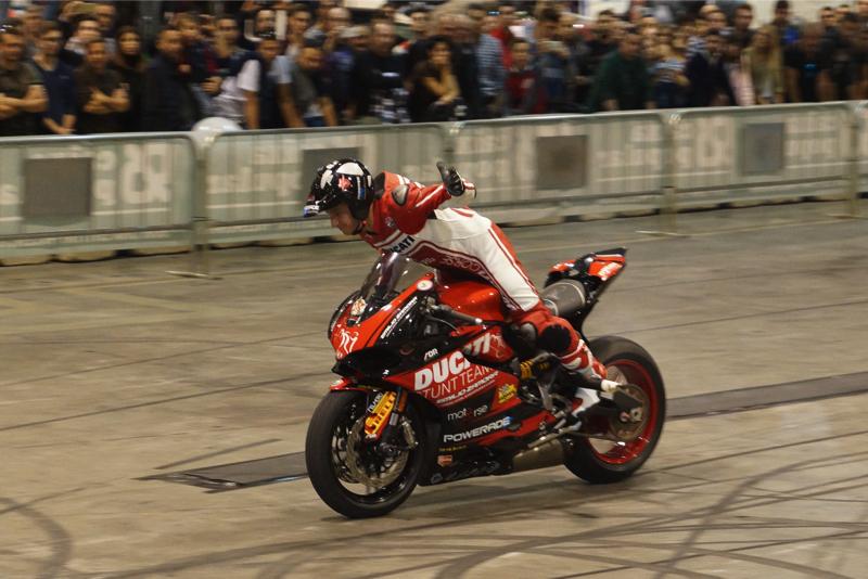 2ruedas_feria-valencia_emilio_zamora_ducati_stunt_team_2016_feria_moto_show_10