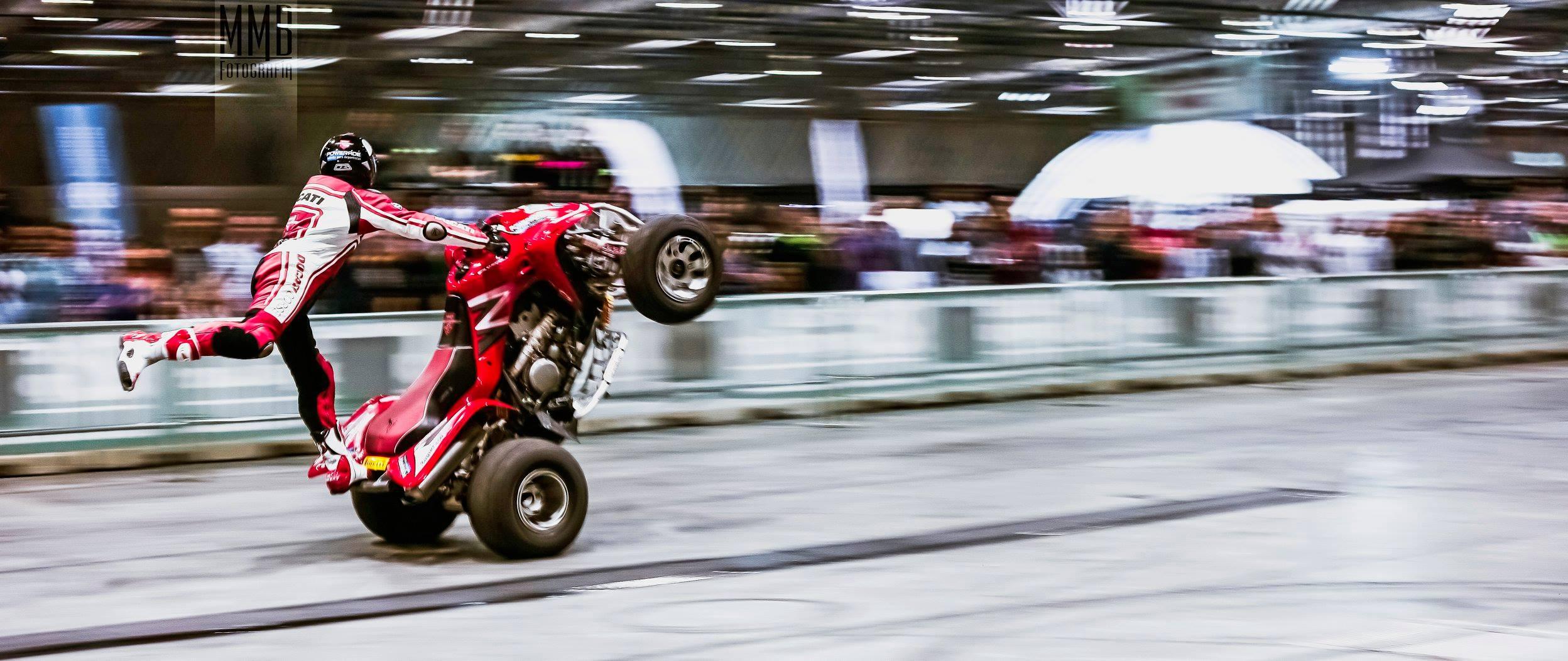 2ruedas_feria-valencia_emilio_zamora_ducati_stunt_team_2016_feria_moto_show_38